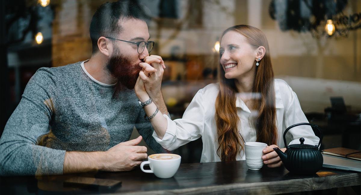¿Qué significan los besos en la mano?. Foto: Shutterstock
