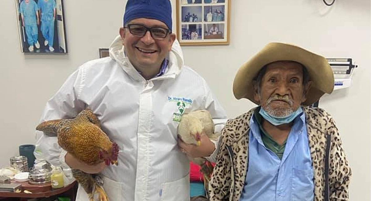 Abuelito le paga con dos gallinas a médico que lo operó. Foto: Facebook Álvaro Ramallo Zamora