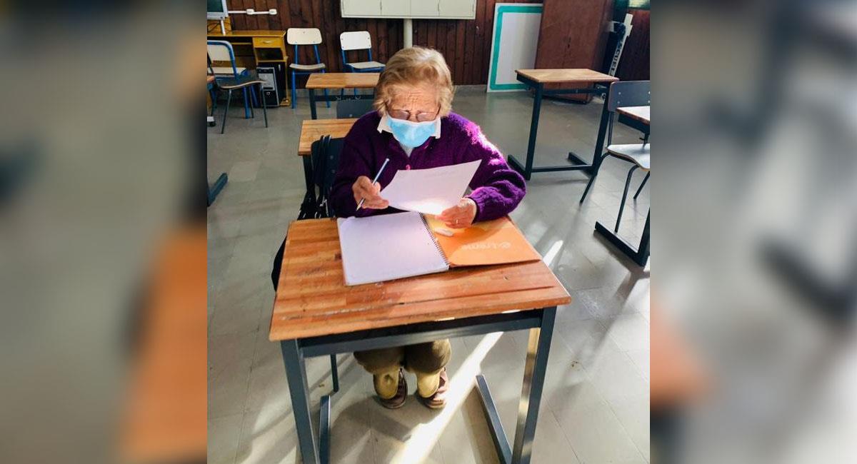 Abuelita de 93 años logró terminar su primaria. Foto: El País